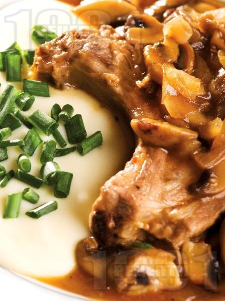 Свинска пържола от котлет с винено-гъбен сос - снимка на рецептата